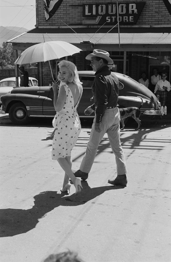 Marilyn Monroe e Clark Gable durante as gravações do filme Os Desajustados, Nevada – 1960. (Ernst Haas/Getty Images)