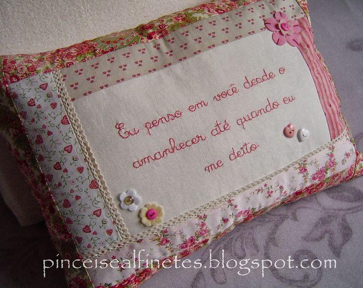 """Mais uma almofadinha bordada com uma letra tão linda   """"Eu penso em você, desde o amanhecer, até quando eu me deito...""""                 Pra..."""
