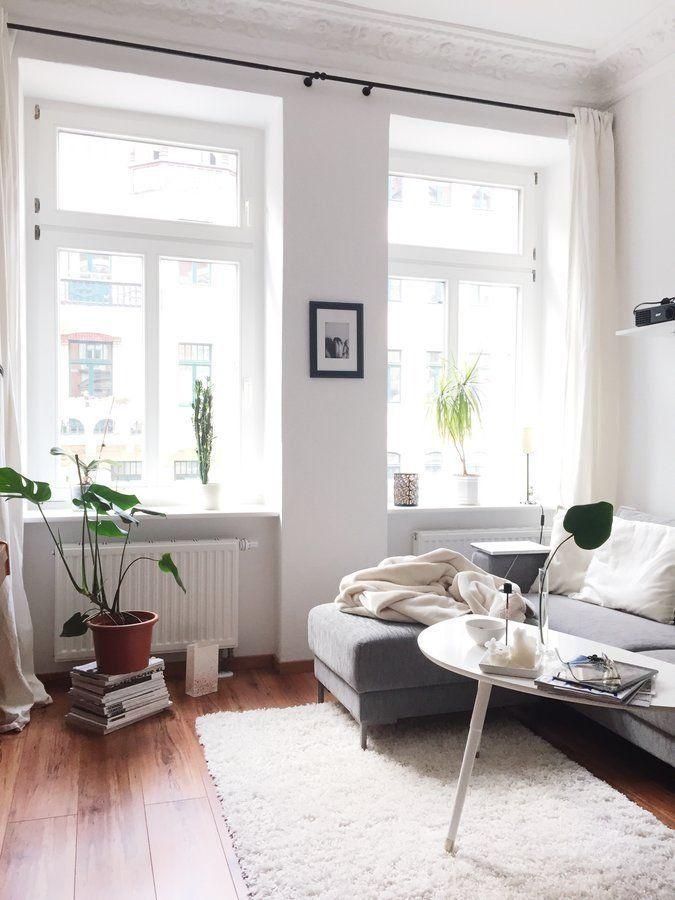 """Heute wird es in den 10 neuen Wohnungseinblicken besonders vielseitig! Wir sind zu Besuch in einem riesigen Loft, einem Fachwerkhaus und einem alten Posthaus. Außerdem reisen wir nach Südtirol über Leipzig bis in den hohen Norden nach Hamburg. Spannend! Hoch hinaus geht's dazu in drei wunderschönen Dachgeschosswohnungen – teilweise sogar eigenhändig ausgebaut! Hereinspaziert!""""Daheim finde ich zur Ruhe und kann sein, wer und wie ich will""""Hier im schönen Leipzig wohnt die 26-jährige Corinna…"""