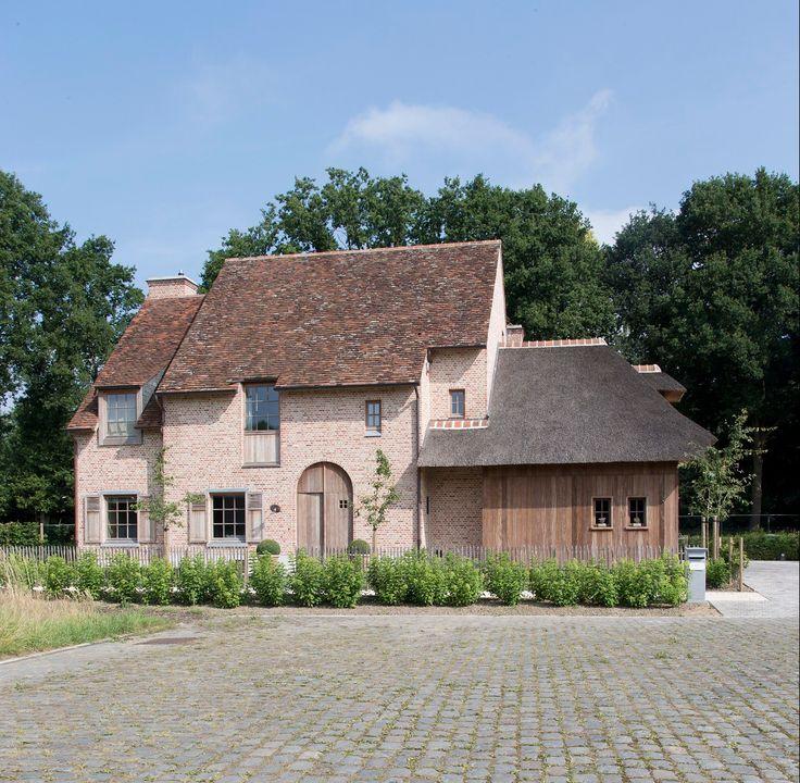 Landelijke woning in gevelmetselwerk / parament vandemoortel - oud beere Combinatie met hout accenten en stro.