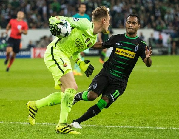 Barcelona's German goalkeeper Marc-Andre ter Stegen (L) grabs the ball in front of Moenchengladbach's Brazilian forward Raffael (R) during the UEFA Champions League first-leg group C football match between Borussia Moenchengladbach and FC Barcelona at the Borussia Park in Moenchengladbach, western Germany on September 28, 2016. / AFP / Odd ANDERSEN