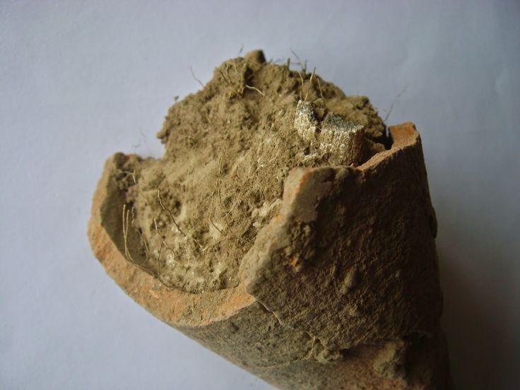 Urna de incineraţie a fost descoperită în interiorul uneia dintre amprentele discoidale, fiind amplasată în mijlocul amprentei, înfiptă într-un sol argilos, în ciuda faptului că pe dealul Seimeni solul este foarte nisipos şi permeabil.
