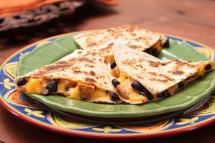 Faites de vos restes de poulet un vrai délice! Ces quesadillas au fromage et aux haricots noirs vous étonneront, tout comme la touche piquante des piments chipotles!