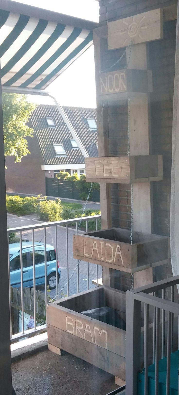 van oud steigerhout maak je zo nieuwe bakken,  het balkon is weer wat opgefleurd