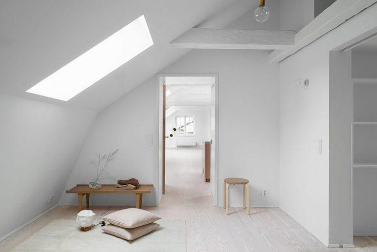 Для этого, правда, потребовалась полноценная реконструкция чердака.  Дизайнеры превратили заброшенные офисные помещения в современные и просторные апартаменты. Минимализм, обилие белого цвета, лаконичный декор, большое количество естественного освещения — в�