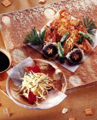 """Эби Аамондо-Агэ (хрустящие креветки с миндалем) 12 крупных свежих креветок 2 ст. ложки кукурузного крахмала ½ чашки (125 мл) теста тэмпура 1 чашка (200 г) посеребренного миндаля  4 свежих гриба шиитаке """"Mayumi""""  8 небольших японских зеленых перца или 1 зеленый болгарский перец  растительное масло для обжаривания  4 ст. ложки мелко тертой редьки дайкон  смесь перца семи вкусов (ситими).  Соус тэмпура:  1 чашка (250 мл) бульона даси 1,5 ст. ложки соевого соуса """"Mayumi""""  3 ст. ложки мирина"""