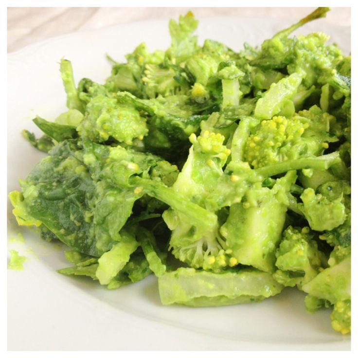 Ett förvånande gott recept på pesto-liknande kall sås som passar till grillat, vegetariskt, till raw-food sallad eller att bre på ett gott bröd. De gröna ärtorna är söta och lite nötaktiga i smaken…