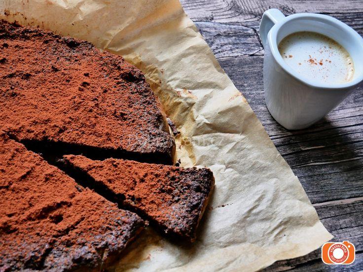 Makové brownies sypané kakaem bez mouky a cukru. Recept naleznete v e-shopu.