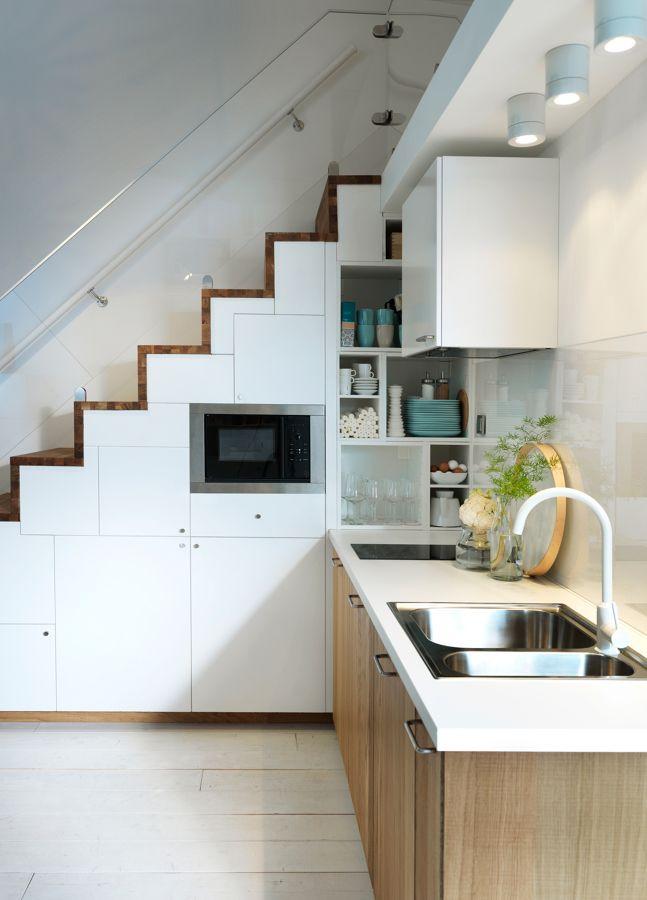 Cocina escalera apartamento pinterest cocina peque a for Escaleras cocinas pequenas