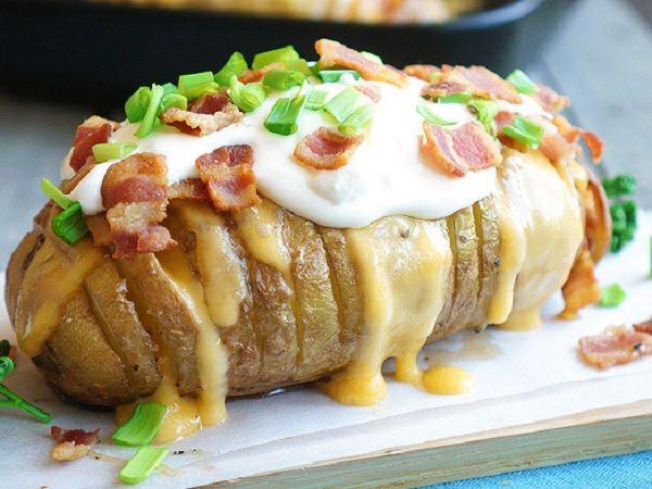 Картошечка запеченная с сыром | Давненько я не готовил ничего с картошкой. К слову сказать — люблю её в любом виде: жаренную, толчённую, варённую, а уж про запечённую вообще молчу. Помню как в детстве мы детворой собирались во дворе, разводили костёр и неумело пекли картошку, иногда в углях, иногда на веточках (этакие шашлыки). Потом обжигались, очищая её от кожуры и с радостью уплетали её под звук трескающегося костра.