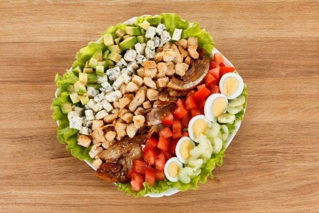 Традиционный американский салат кобб