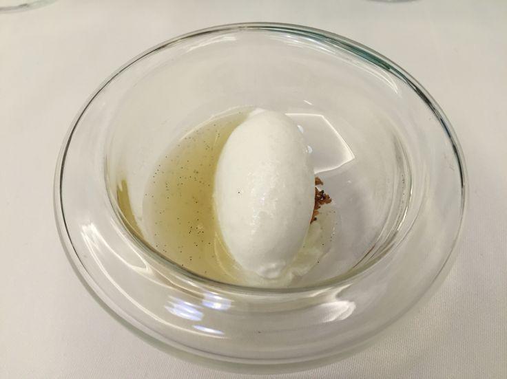 Sopa de piña y vainilla con Helado de coco