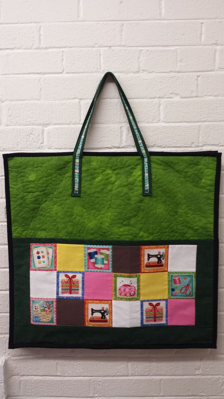 My ready to go quilt tools bag.... I made this bag from a project of Ana Consentino... I adapted the size for what I want, so I can fit my 23''x17'' cutting mat, rullers, rotary cutter and more... zipper all around which makes easier to open up!