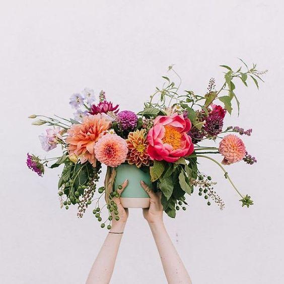 Nos encantan los ramos bien grandotes con flores de todos los colores. #flowers #spring #colors #happy #happiness #home #accessories #decoration