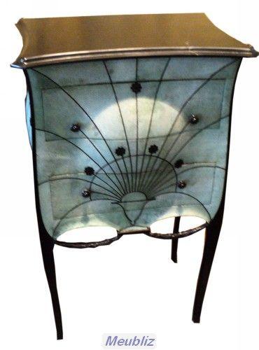 """Cette étroite commode de Paul Iribe est décorée par la """"rose Iribe"""" caractéristique. Sa surface est recouverte de Galuchat vert. Ce meuble fut designé pour le couturier Jacques Doucet."""