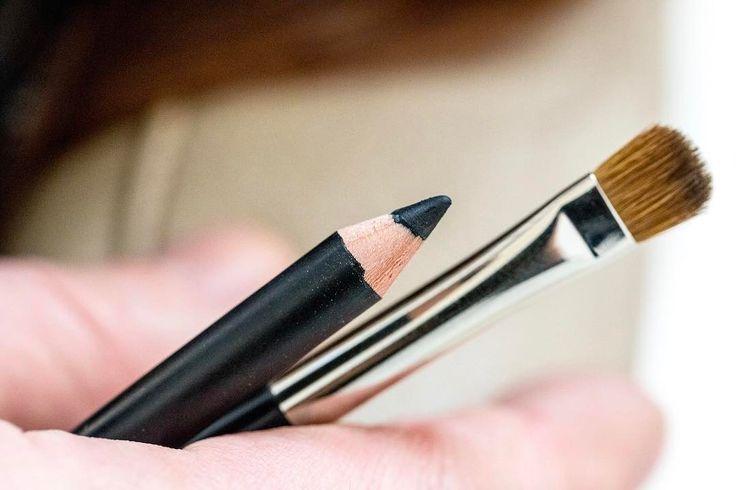 Solo con una matita e un pennellino posso avere occhi seducenti per un appuntamento inaspettato? Acetti la sfida?  La risposta l'11 maggio!  #dontforgetthemirror #dfm #blogzine #beautyblog #bblogger
