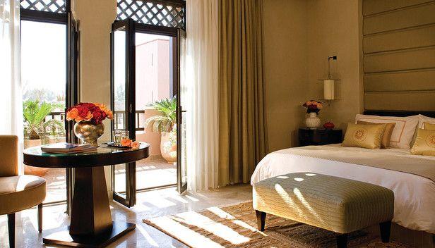 Four Seasons Hotel マラケシュ > Deluxe Room - not for use in advertising >  Four Seasons Hotel Marrakechへようこそ。 Four Seasons Hotel Marrakechは、城壁に囲まれたマラケシュ旧市街から歩いてすぐ、メナラ庭園の向かいに位置するバラ色のリゾートです。陽光あふれる約16.18ヘクタールのムーア様式の庭園は、美しい噴水を備えた小鳥がさえずる安らぎの空間です。スパも併設されており、ご家族連れやカップル、グループでのご滞在に最適です。エレガントなモロッコ独特の旧市街、メディナの雰囲気を保ちつつ、現代的な魅力も併せ持つ街、喧騒と静寂が入り混じるマラケシュ。Four Seasonsがお届けする一流のサービスとともに、異国情緒あふれる神秘的なマラケシュでのご滞在を存分にお楽しみください。