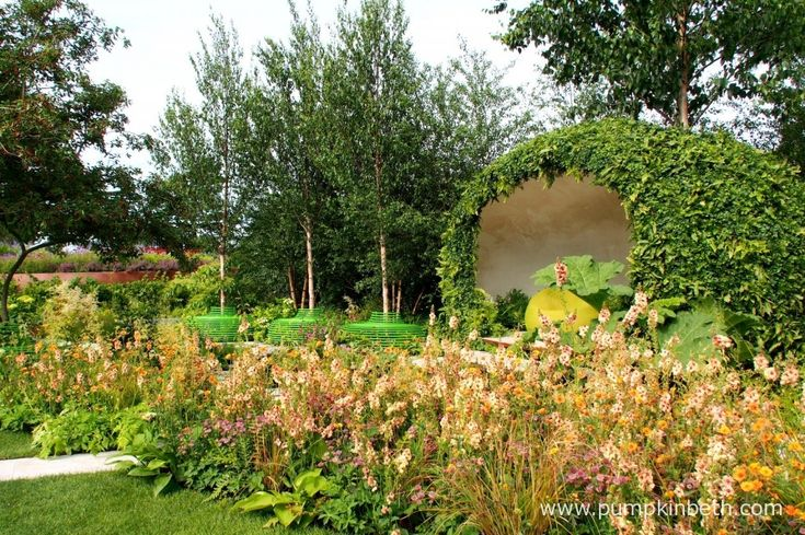 The Macmillan Legacy Garden is a contemporary garden designed to contemplate life's journey.  This a very inviting garden, the planting is really very interesting and features many beautiful and unusual plants, and plant combinations.