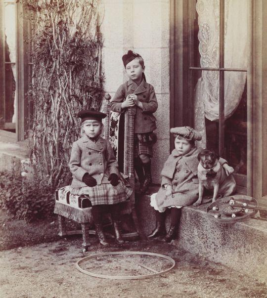 La Princesa Victoria Eugenie de Battenberg con sus hermanos los Príncipes Alexander y Leopold de Battengerg.