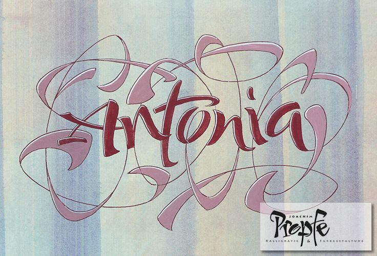 Locker tanzt Antonia als Kalligrafie über den gestreiften Hintergrund. #Namen #Kalligrafie