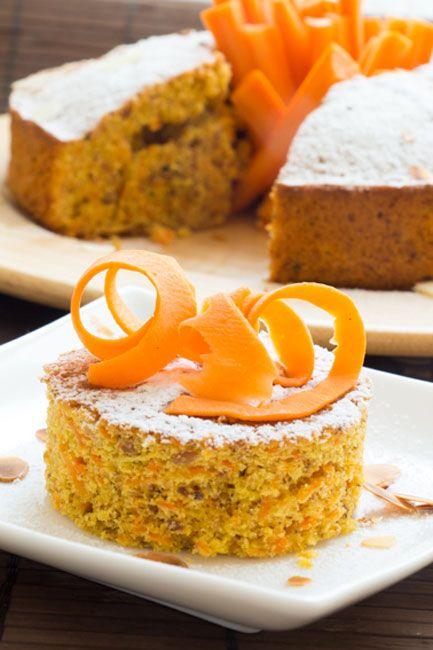 La torta di carote è un dolce semplice e veloce da realizzare. Perfetta a colazione e a merenda, è adatta ai bambini. Servitela con ciuffi di panna montata.