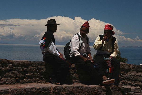 Männer in typischer Tracht wurde in Peru, Isla Taquili aufgenommen und hat folgende Stichwörter: Peru,  Titicaca,  Titicaca-See.