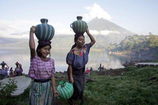 グアテマラ・ソロラ(Solola)県のアティトラン(Atitlan)湖でくんだ水を運ぶ先住民の女性たち(2005年10月11日撮影、資料写真)。(c)AFP=時事/AFPBB News