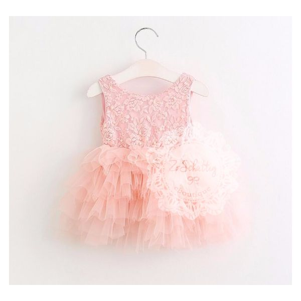 Echt een schattig jurkje in de prachtige kleur perzik roze! Het kanten bovenstukje is lief bezet met enkele pareltjes. De rok maakt het jurkje feestelijk helemaal af door de vele lagen tule. Een match voor bv. een wedding of ander feestje. Maak de outfit compleet met ballerina schoentjes of zomer sandaaltjes. Scroll naar beneden voor meer informatie.