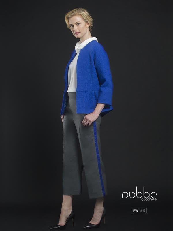 """Adoramos este look """"working girl"""". Combina el pantalón """"Antracita"""" con la blusa """"Perla"""" y la chaqueta """"Claudia"""" y consigue un look confortable y elegante. Chaqueta """"Claudia"""" también en azul marino. Blusa """"Perla"""" también en negro. Hazte con este look en nuestra tienda online y puntos de venta. http://tienda.nubbeclothes.com/ #otoño #fashion #moda #modagallega #madeinspain #elegante #confortable #workinggirl #pantalon #blusa"""