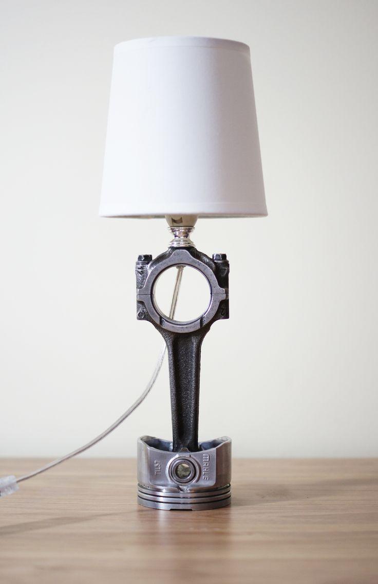 Lampka nocna wykonana z tłoka oraz korbowodu. Niedostępna w sprzedaży.