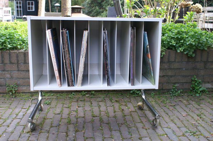 Een eyecatcher in je woonkamer dit vintage design platenmeubel 9 vakken voor al je lp 39 s en - Bibliotheek wielen ...