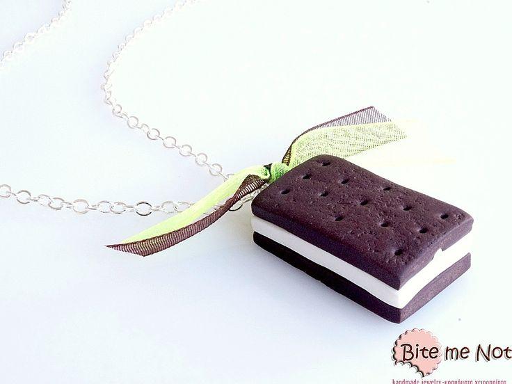 -Short silver plated chain!-Biscuit ice-cream with vanilla filling!It makes a beautiful set with these earrings:http://www.bitemenotjewels.com/en/hook-earrings/product/29-pagoto-biskoto-vanilia-xeiropoiita-kosmimata-apo-pilo-miniatoyres-trofimon-kai-glykon.html