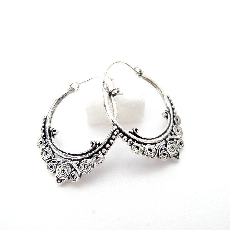 Ces boucles d'oreilles en argent sont des créoles à la monture argent travaillée. C'est un bijou indien facile à porter et qui est différent des créoles classiques. Nos bijoux et boucles d'oreilles argent sont importés d'Inde