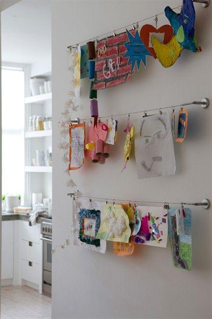 Dans une pièce, quelques fils sont dédiés à l'exposition des créations des enfants. Ainsi même les bricolages en volume peuvent être accrochés (et on épargne le mur ET les dessins en évitant les punaises).