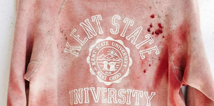Le vêtement affichait égalementle logo de l'université Kent State dans l'Ohio, où une manifestation sanglantea fait 4 morts en 1970.