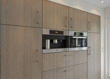 Kastenwand met koffieautomaat en combi magnetron/oven