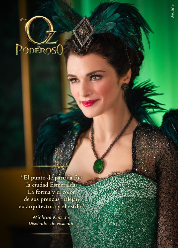 """Como emperatriz de Esmeralda, Evanora —interpretada por Weisz— equilibra el glamour de una sensual estrella de Hollywood con el estilo casi uniforme de un líder, lo que le permitió distinguirse de sus ciudadanos y de sus hermanas brujas. """"La mayor parte del tiempo llevo un vestido verde"""", cuenta Weisz. """"Tiene un corte ligeramente militar, porque de algún modo también soy la líder militar de Esmeralda""""."""