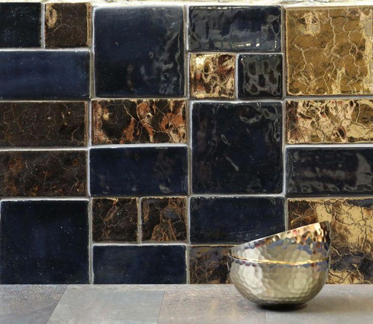 K tomu aby Váš interiér pôsobil luxusne vôbec netreba veľa. Kombinácia zlatej a čiernej farby dodá Vášmu interiéru luxusný vzhľad aj štýl. Inšpirovať sa môžete napríklad aj našou keramickou mozaikou v tejto farebnej kombinácií.  #tileme #handmadetiles #tile #tiles #mosaic #mosaictile #kitchendecor #kitchen #luxurytiles #interior #interiordesigners #goldandblack #dreamtiles