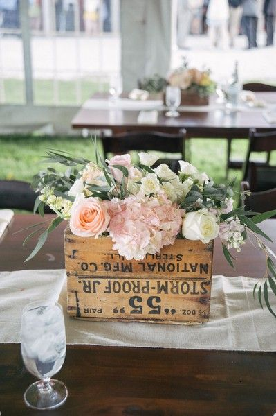 Wooden boxes are the perfect #rustic vases for your centerpieces! Love how pink pops against the wood. {@hpanovska}