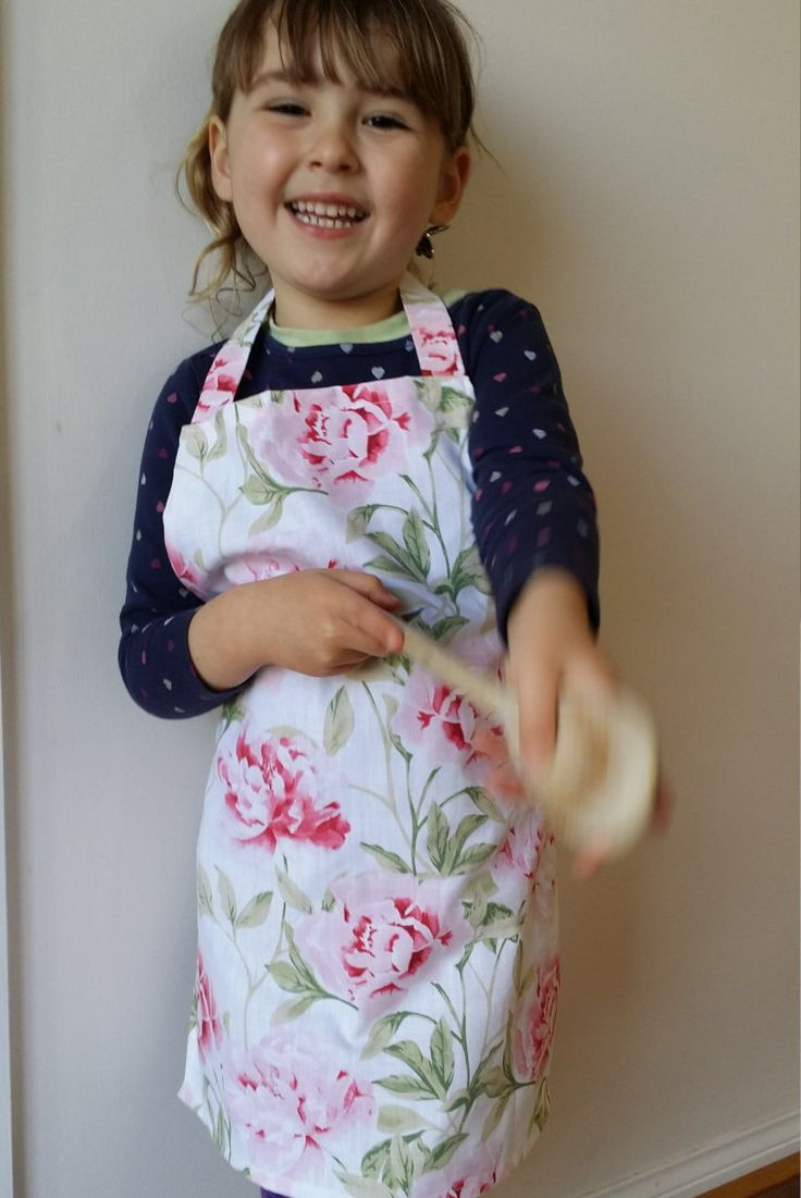 Childrens Pink Floral Apron, Girls apron (3-5 years) by NessasCreationsAus on…
