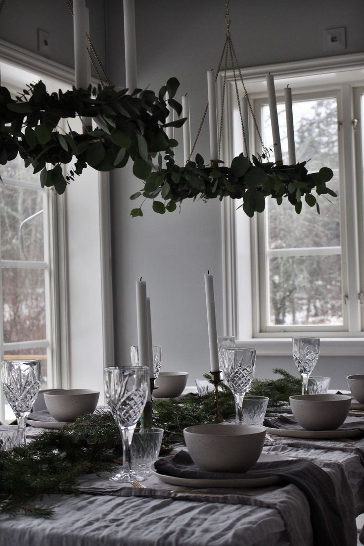simple yet festive winter dinner setup via emsloo.blogg.se