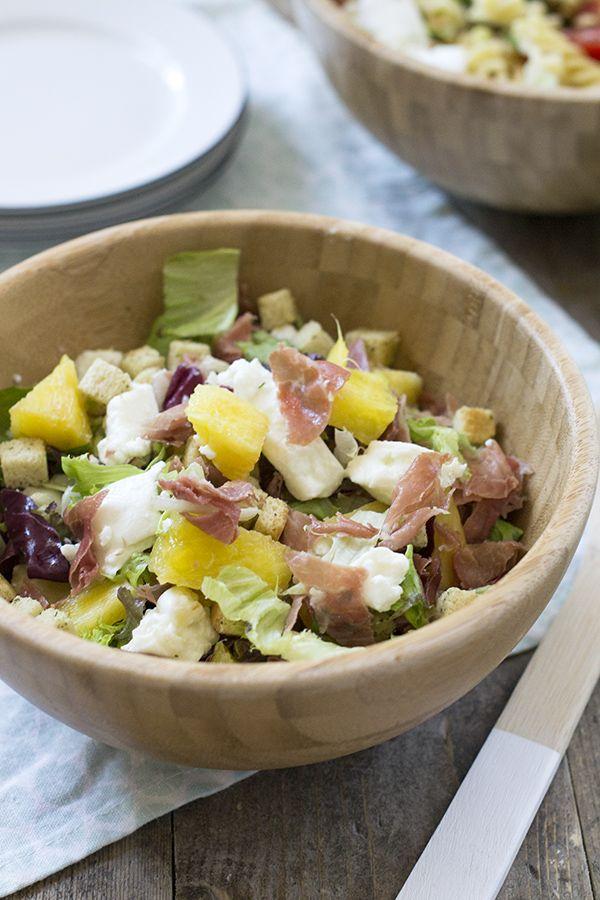 Frisse salade van serranoham en ananas met mozzarella. De salade is extra lekker doordat de serranoham en de ananas zijn gegrild.