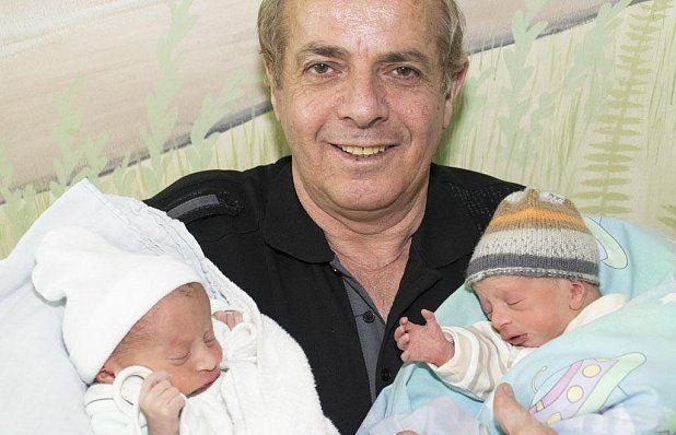 Der stolze Papa mit seine Söhnen Eldion und Elmedin. In Oberösterreich hat eine Mutter Zwillinge geboren. Die Frau war bei der Entbindung 60 Jahre alt. Mutter und Kinder sind wohl auf.