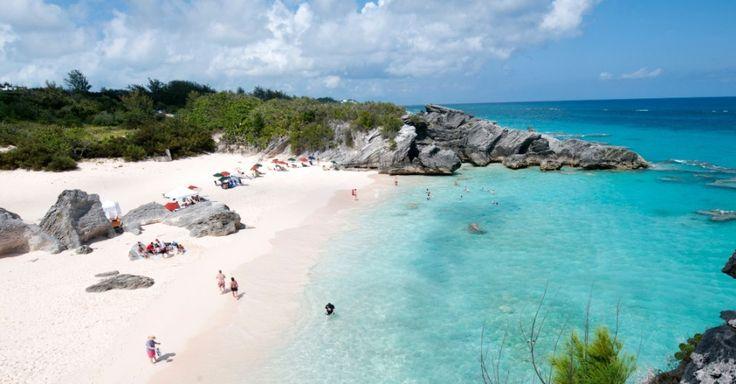A praia de Horseshoe Bay, localizada no sul da ilha principal das Bermudas, poderia estar em qualquer lista das orlas mais lindas do mundo. O local abriga palmeiras, água cristalina, dunas e penhascos. E a praia se destaca por outra característica: microrganismos e restos de conchas deixam a areia da praia ligeiramente rosa, criando um bom contraste com o azul turquesa do mar
