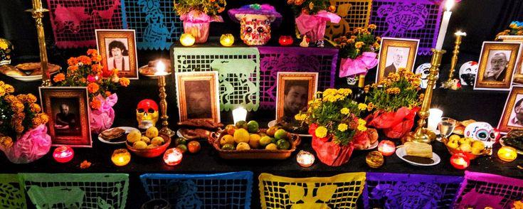 Altar de Muertos, elementos que debe llevar. El altar de muertos es una gran tradición mexicana que debemos preservar es por eso que aquí te compartimos  la lista completa de elementos que no pueden faltar en tu ofrenda de muertos. ¿Ya tienes todo?