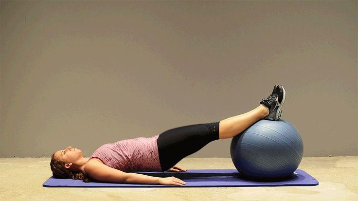 8. Puente con glúteos y piernas. (pantorrillas) 1: Tumbado boca arriba con la pelota bajo las pantorrillas. Los brazos en el suelo a los lados. Puedes abrir los pies en el balón para aumentar el equilibrio. 2: Tensar el tronco y los glúteos, levantar las caderas hasta posición en puente.  3: Mantener altura de puente, doblar rodillas y mover los pies hacia las nalgas. 4: Extender piernas hacia la postura estándar de puente y bajar las caderas al suelo 15 veces.