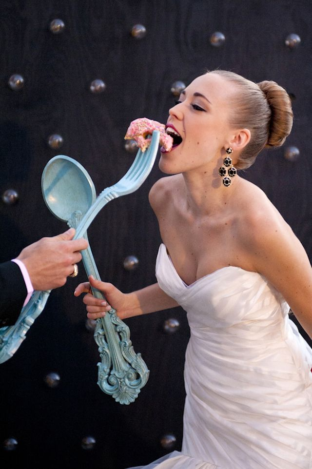 Oversized fork and spoon | Christa Elyce Photography and @twobewed | see more on: http://burnettsboards.com/2014/06/colorful-fun-kate-spade-wedding/