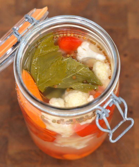 Fermented cauliflower, carrots, red bell peppers, garlic, bay leaf, peppercorns, coriander, grape leaves