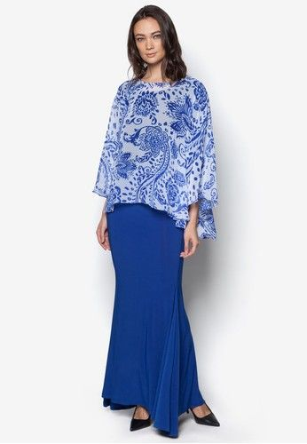 Printed Midi Kurung Kedah from Zuco Fashion in Blue Behold the elegant silhouette at its simplest presentation from this baju kurung Kedah by Zuco Fashion. Keeping things charming yet modest, the flowy feel of the fabric topped with vibrant paisley print brings out the very essence of a lady.  Top...
