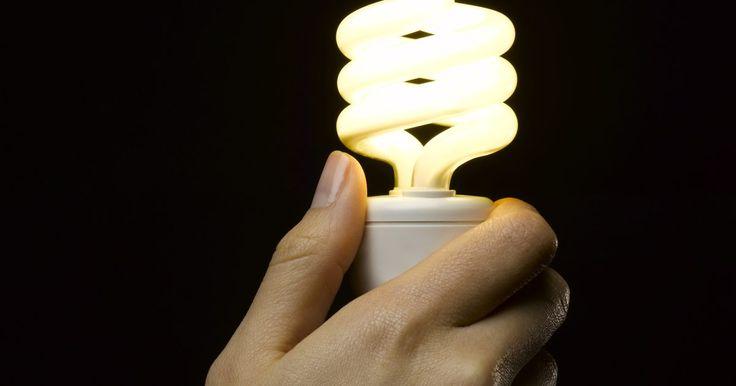 Luz halógena vs. luz LED. Los diodos emisores de luz (LED, por sus siglas en inglés) representan una alternativa de eficiencia energética a la iluminación incandescente tradicional sin la preocupación de la eliminación de las lámparas fluorescentes compactas. Hay una serie de características a considerar al comparar esta nueva tecnología a las bombillas incandescentes.